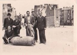 Intéressante  Photo D'une Bombe Non Explosée Tombée Au Havre (76) Près De L'Hôtel Frascati En 1944 (voir Dos) - Oorlog, Militair