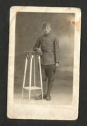 CARTE POSTALE / CARTOLINA POSTALE - Foto Da Studio - Soldato In Uniforme - Guerra 1914-18