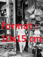 Reproduction D'une Photographie De La Jeune Dalida Devant Une Boutique - Reproductions