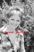 Reproduction D'une Photographie D'un Portrait De Virna Lisi Avec Une Chemise à Carreaux Ouverte - Reproductions