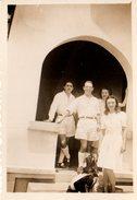 Photo Originale Groupe Familial En Algérie, Et Chien En Terrasse Vers 1950/60 - Anonymous Persons