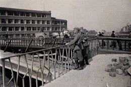 Photo Originale Guerre 1939-45 - Soldats Allemands Regardant Le Reconstruction D'un Pont Provisoire & Attelage - Guerra, Militari