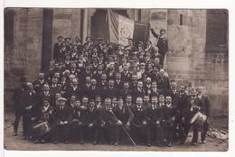 Carte Postale Photo PELUSSIN (Loire) Groupe Conscrits CLASSE 1912 Devant Eglise Tambour Drapeau VOIR 2 SCANS - Pelussin