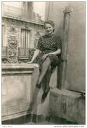 Oran , Années 1950 . Jeune Orannaise , Rue D'Arzew .  GRAND FORMAT . - Places