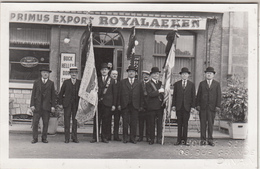 Dinant - Personnalités Devant Café Primus Export Roalaeken - Carte-photo - Photo S. Sena, Dinant - Dinant