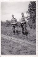 Foto 2 Deutsche Soldaten - Hakenkreuzbinde - 2. WK - 8*5cm (26322) - Krieg, Militär