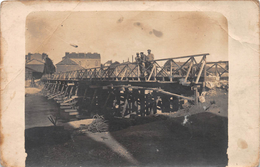 ¤¤  -  Carte-Photo Non Située   -  Militaires Sur Un Pont Reconstruit Pendant La Guerre 1914-18  -  ¤¤ - Cartes Postales