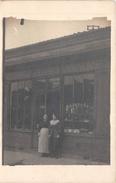 ¤¤   -  Carte-Photo Non Située  -  Deux Femmes Devant Un Café , Restaurant , Epicerie  - Commerce  -  ¤¤ - Cartes Postales