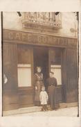 ¤¤   -  Carte-Photo Non Située  -  Deux Femmes Et Un Enfant Devant Un Café , Comptoir  - Commerce Au 33 D'une Rue  -  ¤¤ - Cartes Postales