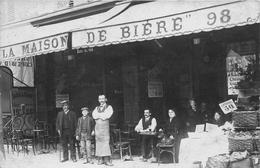 """Carte-Photo Non Située  -  Groupe De Personnes Devant Un Café , """" La Maison De Bière """" 98 - Commerce """"Barry-Magnin"""" ?? - Cartes Postales"""