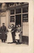 Carte-Photo Non Située  -  Groupe De Femmes Et 1 Militaire Devant Un Café   - Commerce - Cartes Postales