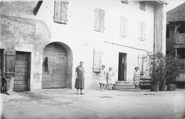 Carte-Photo Non Située  -  Groupe De Femmes Dans La Cour D'une Ferme  - Maison - Cartes Postales