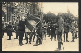 Le Président POINCARE Embrassant Le Drapeau D'un Régiment Recevant La Légion D'Honneur Carte Photo - Regiments