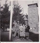 Foto Deutscher Soldat Mit Damen Bei Ausflug - 5*5cm - 2. WK (26362) - Krieg, Militär
