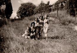 Photo Originale Plage & Maillot De Bain - Femmes Et Enfants En Maillots & Shorts Dans La Nature - Pin-Ups