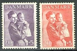 Lot 2 Timbres Du DANEMARK : Femme Et Enfant - Non Classés