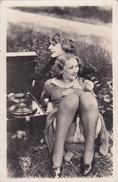Photo D'époque: 2 Dames écoutant Un Phonographe  -  Culotte Cuisses - - Beauté Féminine (1921-1940)
