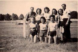 Photo Originale Pin-up & Athlétisme - Groupe De Sportives En Shorts Et Maillots De Corps Au Logo Du Club - Sport