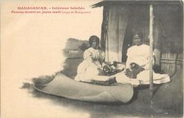 INTERIEUR BETSILEO FEMME TENANT UN JEUNE MAKI SINGE MADAGASCAR - Madagascar