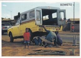AFRIQUE DU SUD :  SOWETO :  Travailleur Occasionnel Reparant Une Voiture - Afrique Du Sud