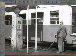 Plein De Gazole Pour L'autorail Dépot De Clermont Fd - Septembre 1959 - Photo La Vie Du Rail - Clermont Ferrand