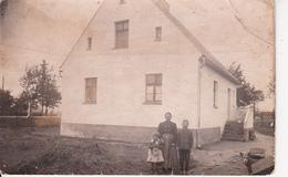 AK Foto Mutter Mit Kindern Vor Wohnhaus - Ca. 1910 (26455) - Otros Fotógrafos