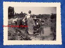 Photo Ancienne Snapshot - OZOUER LE VOULGIS ( Seine Et Marne ) - Femme & Enfant Au Pont D'Austerlitz - 1951 - Places