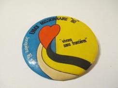 Badge événementiel / Canada / Montréal / Envoi Missionnaire 80 / Jonquiére/Vivre Sans Frontiéres/1980      BAD128 - Autres Collections