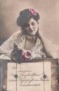 Junge Hübsche Frau Mit Blume Im Haar In Erotischer Pose, Karte Um 1910 - Frauen