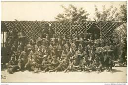 Beau Groupe De Militaires Bien Harnachés .   BELLE  CARTE-PHOTO . - Guerra, Militari