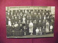 A415. CPA . Carte Photo.  En Famille.Photo De Mariage. à Situer & Identifier. Beau Plan Animé. Non Ecrite - Noces