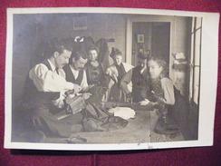 A415. CPA . Carte Photo. Tailleur .atelier De Repassage. à Situer & Identifier. Beau Plan Animé. Ecrite & Voyagée 1905 - Artisanat