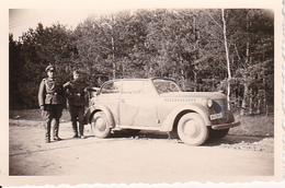 Foto Deutsche Soldaten - Stabswachtmeister Und Kraftfahrer Mit KFZ -  2. WK - 8*5cm (26638) - Krieg, Militär