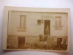 Carte Postale Photographie Famille Au Jardin   (CPA Non Circulée) - Fotografía