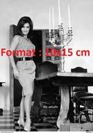 Reproduction D'une Photographie De La Belle Dalida En Robe à Carreaux Posant Dans Une Salle à Manger - Reproductions