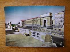 Carte Assez Rare , Hérault , Montpellier , L'arc De Triomphe Et Le Palais De Justice , Vus Du Jardin Du Peyrou - Montpellier