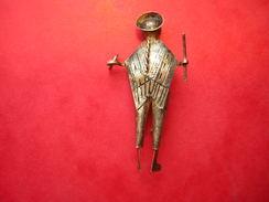 CURIEUSE PETITE BROCHE FANTAISIE  ETUDIANT , ART Et LETTRE ? BELLE FINITION - Bijoux & Horlogerie