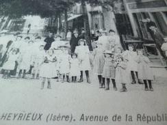 CPA 38 Isère Heyrieux Avenue De La République Animée - France