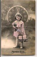 L20C017 - Heureuse Année - Fillette Devant Une Horloge  -   N°4011 - New Year