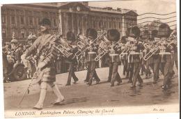 CPA-  ENGLAND -LONDON - Buckingham Palace - Changing The Guard - 1935 . - Buckingham Palace