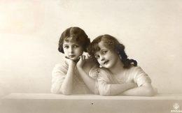Belle Carte Photo Artistique - Superbe  Portrait De Deux Fillettes Prenant La Pose - Portraits