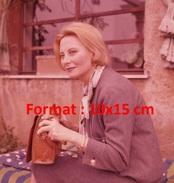 Reproduction D'une Photographie De Michèle Morgan Assise à L'extérieur Avec Son Sac à Main - Reproductions