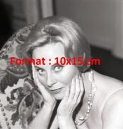 Reproduction D'une Photographie D'un Portrait De Michèle Morgan Avec La Tête Entre Ses Mains - Reproductions