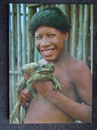 Brazil Nativo , Indien Kalapalo D ' Amazonie Tenant Une Grenouille Geante Goliath , Brésil - Amérique