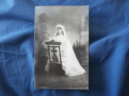 Carte Photo Joli Portrait D'une Fillette Pour Sa Communion Datée 1911 L293 - Fotografia
