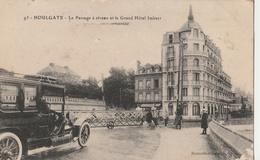 CPA Houlgate Le Passage à Niveau Et Le Grand Hôtel Imbert - Animée - Houlgate