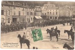CPA St Mihiel Saint  Place Des Halles Défilé Des Chasseurs à Pied 55 Meuse Cavaliers - Saint Mihiel