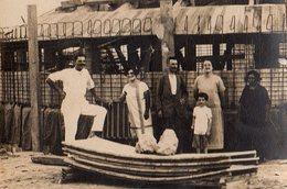 Photo Originale Architecture - Groupe Familial Posant Devant Une Construction De Dôme En Bois Vers 1920 - - Places