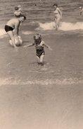 Photo Originale Plage & Maillot De Bain - Parents Et Enfants En Baignade - Places
