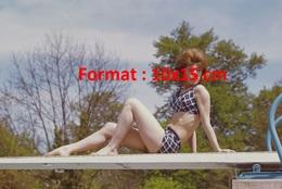 Reproduction D'une Photographie De La Jeune Sheila En Maillot De Bain Assise Sur Un Plongeoir - Reproductions